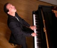 Komponist Klaus Fitzel am Flügel